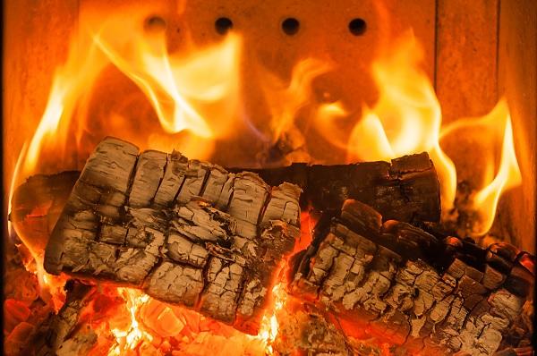 Holz-Feuer in einem Kaminofen