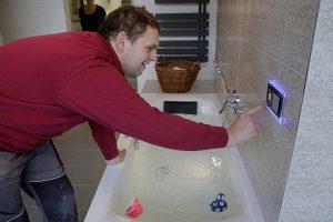 Whirlpool wird durch Badgestalter in Betrieb genommen.