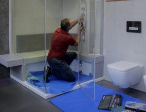 Ausgebildete Fachhanderker bauen ein schönes Bad exakt nach Plan.