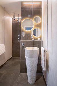 Runde Formen und der gekonnte Einsatz von Licht geben diesem Gästebad seine unvergleichliche Atmosphäre.