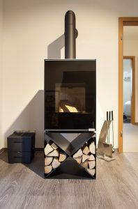 Ein Kaminofen, klassisch in der Ausführung und modern in der Gestaltung.
