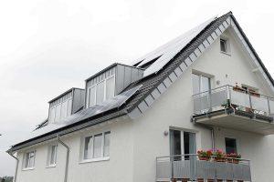 Mit einer Photovoltaik-Anlage erzeugen Hausbesitzer den eigenen Ökostrom für den Betrieb ihrer Wärmepumpe. Foto: BWP