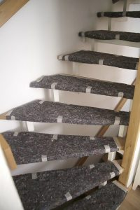 Bei der Badrenovierung kleben die MEISTER DER ELEMENTE Laufwege und Treppen sorgfältig ab.