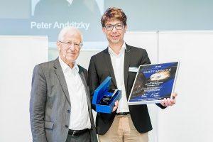 MEISTER DER ELEMENTE verstehen sich auf professionellen Badumbau und umweltgerechte Heizungstechnik. Peter Andritzky (rechts) erhielt dafür in Berlin von Umweltaktivist Dr. Franz Alt den Meister der Elemente-Award.